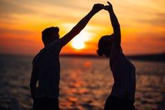 Romantisk pardans på gatan Ha ett romantiskt datum Fira årsdag red steg Födelsedagdatum arkivfoto