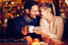 Romantisk pardatummärkning i bar på natten arkivbilder
