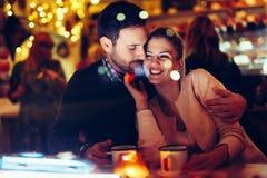 Romantisk pardatummärkning i bar på natten royaltyfri bild