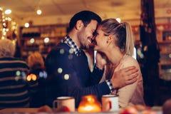 Romantisk pardatummärkning i bar på natten arkivfoton