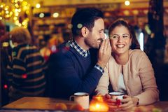 Romantisk pardatummärkning i bar på natten royaltyfria bilder