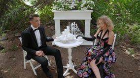 Romantisk parman och kvinna lager videofilmer
