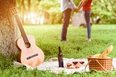 Romantisk picknick för att falla som är förälskat arkivfoto
