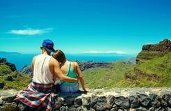 Romantisk plats av härliga par i hipsterkläder Royaltyfri Fotografi