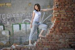 romantisk plattform vägg för tegelstenflicka Royaltyfria Bilder