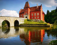 Romantisk röd slottCervena Lhota gränsmärke Arkivfoto
