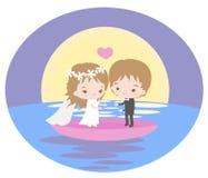 Romantisk resa av nygifta personer på ett fartyg i solnedgång Royaltyfria Foton