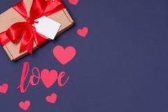 Romantisk sömlös blå bakgrund för valentindag, gåvaetikettspilbåge, gåva, förälskelse, hjärtor, kopieringstextutrymme arkivbilder