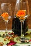 Romantisk sammansättning med den vinexponeringsglas, rosor och flaskan av vin royaltyfri foto