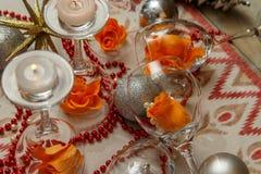 Romantisk sammansättning med vinexponeringsglas och att fejka blommor royaltyfri foto