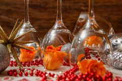 Romantisk sammansättning med vinexponeringsglas och att fejka blommor arkivbild
