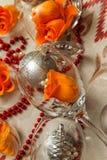 Romantisk sammansättning med vinexponeringsglas och att fejka blommor royaltyfri bild