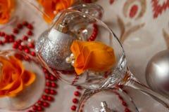 Romantisk sammansättning med vinexponeringsglas och att fejka blommor royaltyfria bilder