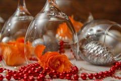 Romantisk sammansättning med vinexponeringsglas och att fejka blommor arkivfoto
