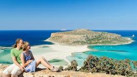 romantisk sandig sitting för strandpar Arkivbild
