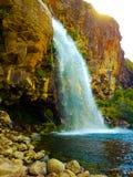 Romantisk sikt av den lugna vattenfallet till sötvattensjön royaltyfri bild