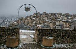 Romantisk sikt av den Scanno byn i Abruzzo med snö Arkivfoto