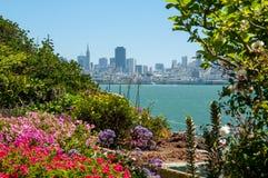 Romantisk sikt av San Francisco som är i stadens centrum från Alcatraz Royaltyfri Bild