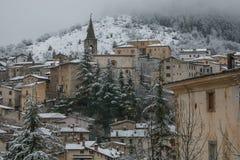 Romantisk sikt av Scanno den medeltida byn i vinter med snö, Abruzzo Arkivbild