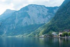 Romantisk sikt på gulliga hus med sjön och berg, Salzburg, Österrike Royaltyfri Fotografi