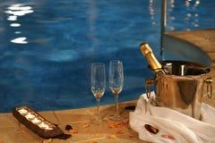 romantisk simning för pöl arkivfoton