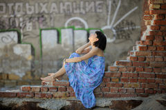 romantisk sittande vägg för tegelstenflicka Royaltyfri Fotografi