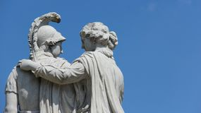 Romantisk skulptur med bakgrunder för blå himmel arkivfoton