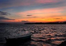 Romantisk solnedgång över floden Arkivbilder