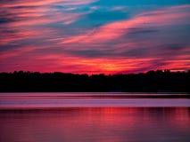 Romantisk solnedgång över sjön Royaltyfri Fotografi