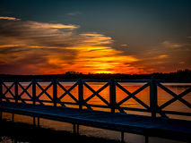 Romantisk solnedgång över sjön Arkivfoto