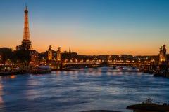 Romantisk solnedgång i Paris, Frankrike med Eiffeltorn och floden Arkivbild