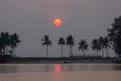 Romantisk solnedgång på Phuket, Thailand arkivbilder
