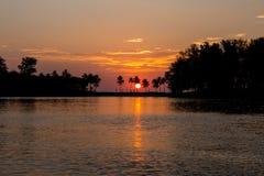 Romantisk solnedgång på Phuket, Thailand fotografering för bildbyråer