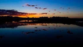Romantisk solnedgång vid sjön Royaltyfria Foton