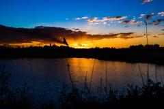 Romantisk solnedgång vid sjön Royaltyfri Foto