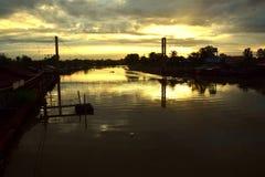 romantisk solnedgångflod Arkivbild