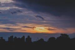 Romantisk solnedgånghimmel med fluffiga moln och härlig tung weath Royaltyfria Bilder