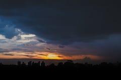 Romantisk solnedgånghimmel med fluffiga moln och härlig tung weath Arkivbilder