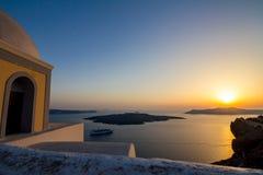 Romantisk solnedgångsikt från Fira, Santorini, Grekland arkivbild