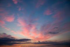 Romantisk solnedgångsoluppgånghimmel med mörker - blått fördunklar Royaltyfri Fotografi