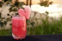 Romantisk sommarcoctail från vattenmelon Sund fruktsaft för sommartid arkivfoto