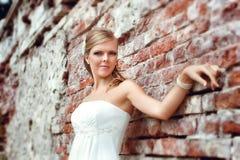 Romantisk stående av den härliga bruden Arkivfoto