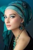 Romantisk stående av den unga kvinnan i en turkosturban på en friare Arkivfoton