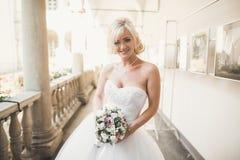 Romantisk stående av en härlig blondin Foto på solig dag med ljusa färger Fotografering för Bildbyråer