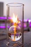 Romantisk stearinljus i den glass matställen Fotografering för Bildbyråer