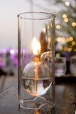 Romantisk stearinljus i den glass matställen Royaltyfri Foto