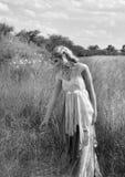 Romantisk stående av den bohemiska blondinen i fält av gräs Arkivbilder