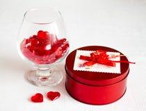 Romantisk stilleben med exponeringsglas och hjärtor Royaltyfria Foton