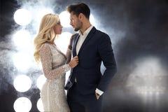 Romantisk stilstående av ett elegant par fotografering för bildbyråer