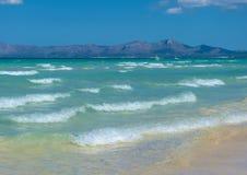 Romantisk strand av majorcaen med klart vatten Royaltyfri Fotografi